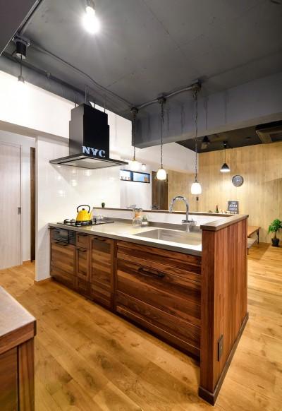 ゼロからの家づくり-ブルックリンハウス-(商業用ビルの倉庫から住居スペースへリフォーム)<第26回 「ジェルコリフォームコンテスト2018 関東甲信越支部」入賞 受賞> (リビングと調和した無垢材の「見せるキッチン」)