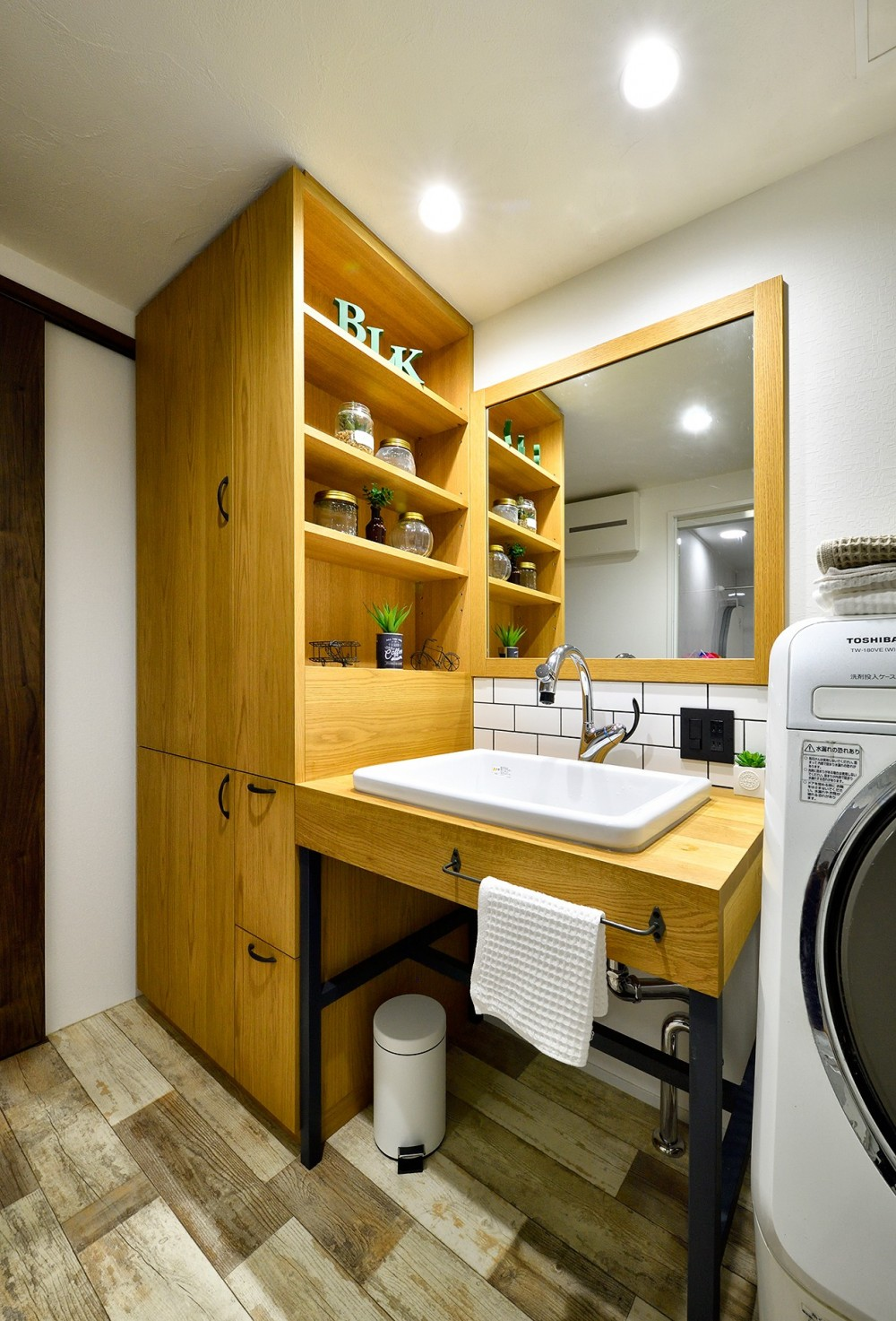 ゼロからの家づくり-ブルックリンハウス-(商業用ビルの倉庫から住居スペースへリフォーム)<第26回 「ジェルコリフォームコンテスト2018 関東甲信越支部」入賞 受賞> (大容量の収納スペースを設けた洗面室)