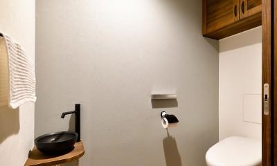 ゼロからの家づくり-ブルックリンハウス-(商業用ビルの倉庫から住居スペースへリフォーム)<第26回 「ジェルコリフォームコンテスト2018 関東甲信越支部」入賞 受賞> (アンティーク調クッションフロアのトイレ)