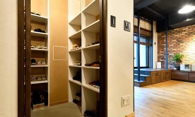 ゼロからの家づくり-ブルックリンハウス-(商業用ビルの倉庫から住居スペースへリフォーム)<第26回 「ジェルコリフォームコンテスト2018 関東甲信越支部」入賞 受賞> (大容量のシューズインクローゼット)