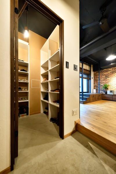 大容量のシューズインクローゼット (ゼロからの家づくり-ブルックリンハウス-(商業用ビルの倉庫から住居スペースへリフォーム)<第26回 「ジェルコリフォームコンテスト2018 関東甲信越支部」入賞 受賞>)