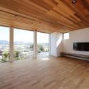 カーテン要らずの爽快な暮らし。高台立地で選ぶ、2階LDK。「非日常が日常になる家」の写真 リビング