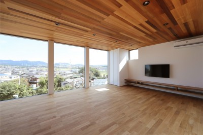 カーテン要らずの爽快な暮らし。高台立地で選ぶ、2階LDK。「非日常が日常になる家」 (リビング)