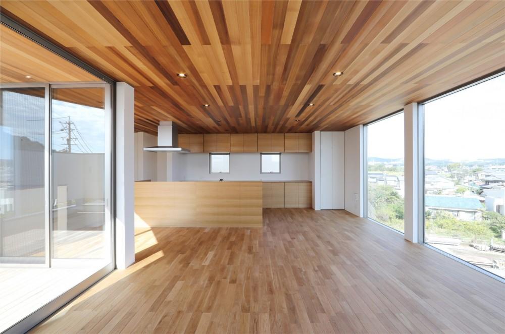 カーテン要らずの爽快な暮らし。高台立地で選ぶ、2階LDK。「非日常が日常になる家」 (リビング/ダイニング)