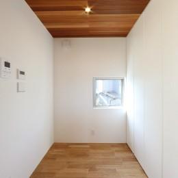カーテン要らずの爽快な暮らし。高台立地で選ぶ、2階LDK。「非日常が日常になる家」 (壁面収納)