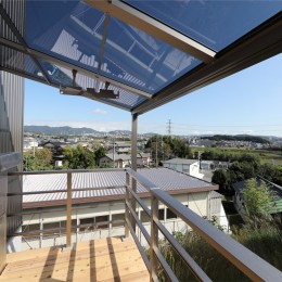 カーテン要らずの爽快な暮らし。高台立地で選ぶ、2階LDK。「非日常が日常になる家」 (バルコニー)