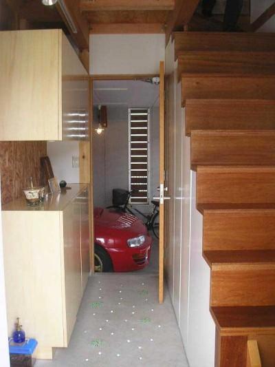 玄関土間からガレージを見る (ガレージのある家|mm box)
