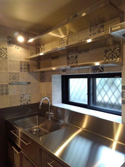 オールステンレスのオーダーメイドキッチン (リノベーション住宅3)