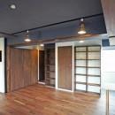 カグ ノ モリ - 壁面全面造作家具のリノベーション -の写真 リビングから入口の眺め