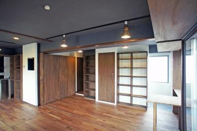 カグ ノ モリ - 壁面全面造作家具のリノベーション - (リビングから入口の眺め)