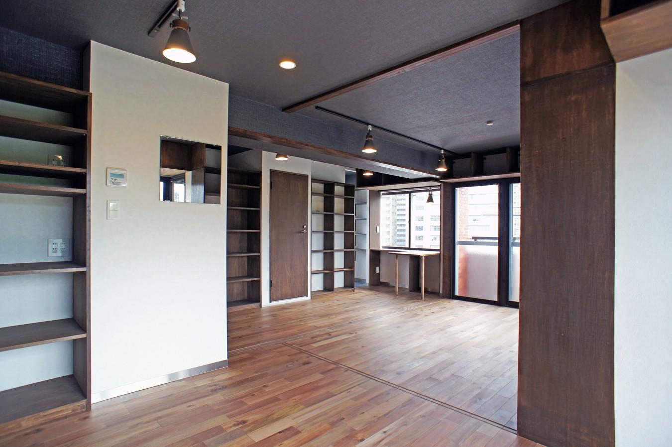 リビングダイニング事例:キッチンからリビングの眺め(カグ ノ モリ - 壁面全面造作家具のリノベーション -)