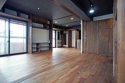 書斎からキッチンへの眺め (カグ ノ モリ - 壁面全面造作家具のリノベーション -)