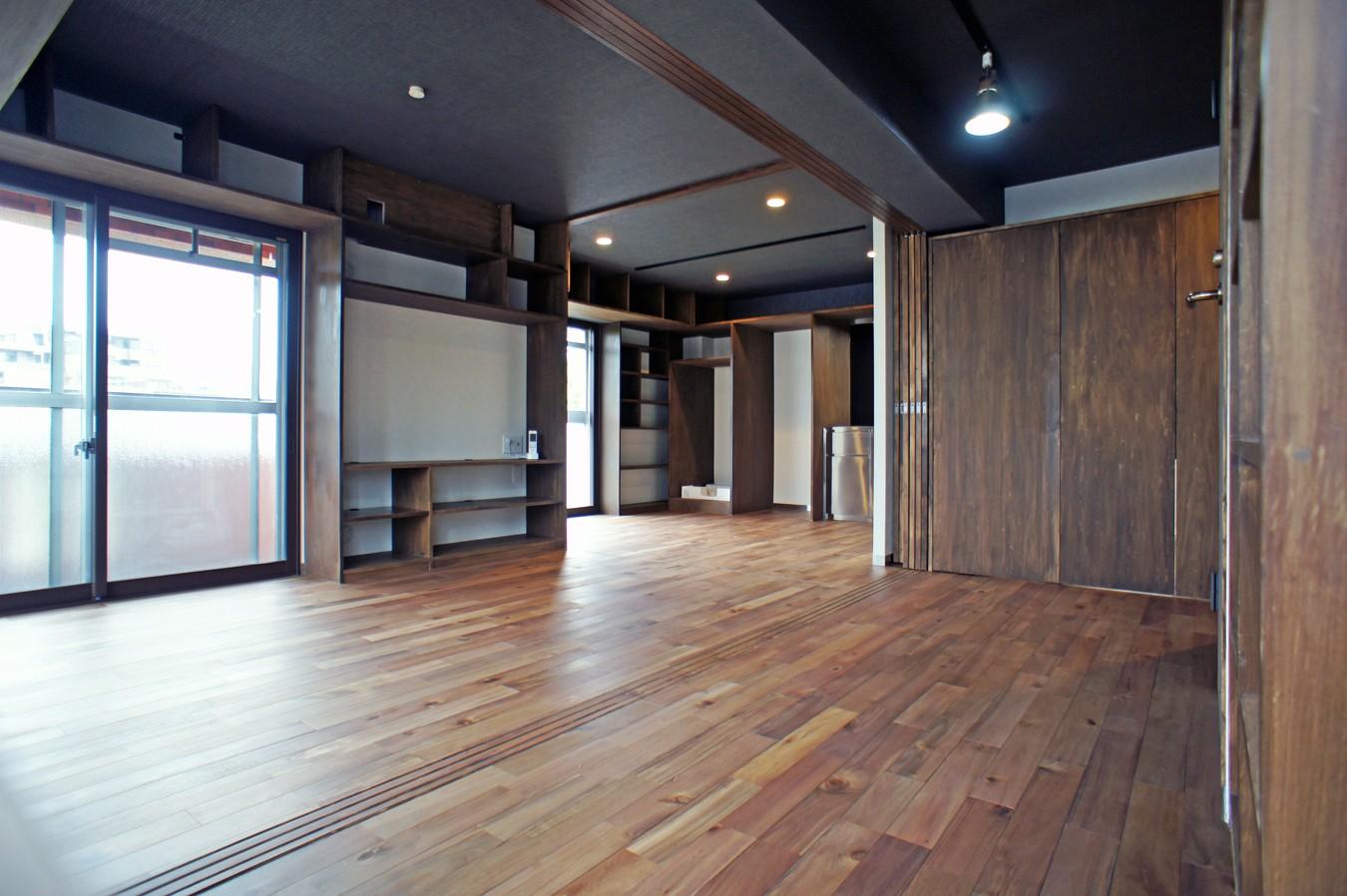 リビングダイニング事例:書斎からキッチンへの眺め(カグ ノ モリ - 壁面全面造作家具のリノベーション -)