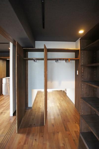 床下収納 (カグ ノ モリ - 壁面全面造作家具のリノベーション -)