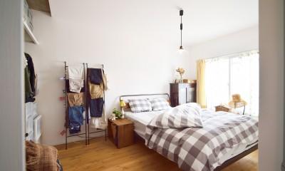 アイアンと木材で洗練された空間に  ーインダストリアルスタイル―<第35回 住まいのリフォームコンクール【住宅リフォーム部門】優秀賞 受賞> (清潔感のある白い壁が印象的な洋室)