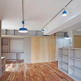 LDKから個室の眺め (カグ ノ モリ - 壁面全面造作家具のリノベーション -)