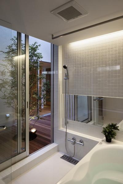 二世帯の生活を中庭が繋ぐ( 大東の家 )の部屋 浴室洗面室
