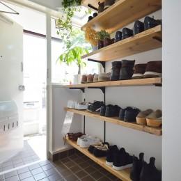 アイアンと木材で洗練された空間に  ーインダストリアルスタイル―<第35回 住まいのリフォームコンクール【住宅リフォーム部門】優秀賞 受賞> (大容量の靴収納で玄関がいつでもすっきり)
