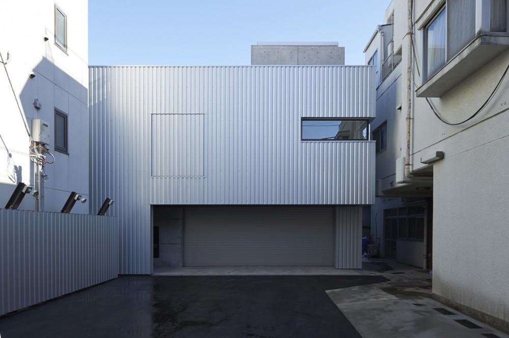 地上に浮いた地下の家  -高密度商業地域に立つRC3階建ガレージハウス- (外観)