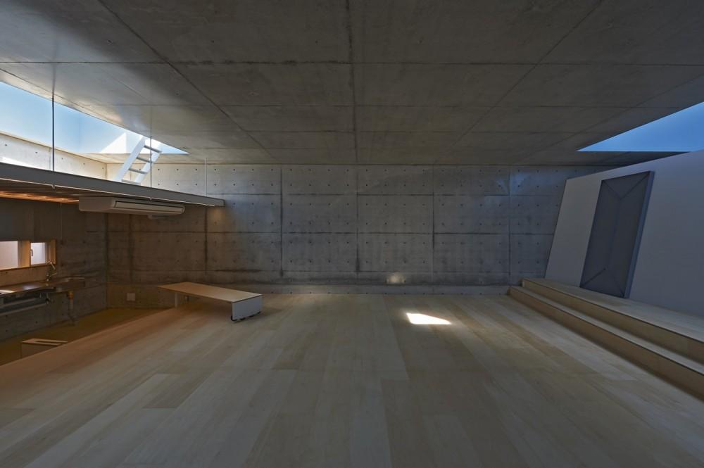 地上に浮いた地下の家  -高密度商業地域に立つRC3階建ガレージハウス- (リビングの眺め)