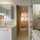 二世帯の生活を中庭が繋ぐ( 大東の家 )の写真 浴室洗面室