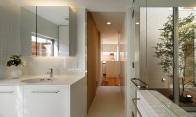 二世帯の生活を中庭が繋ぐ( 大東の家 ) (浴室洗面室)