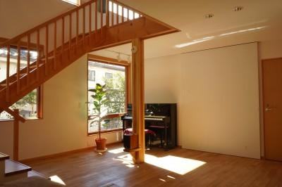 リビングダイニングのテレビ収納 (逗子の家―気持ちの良い場所)