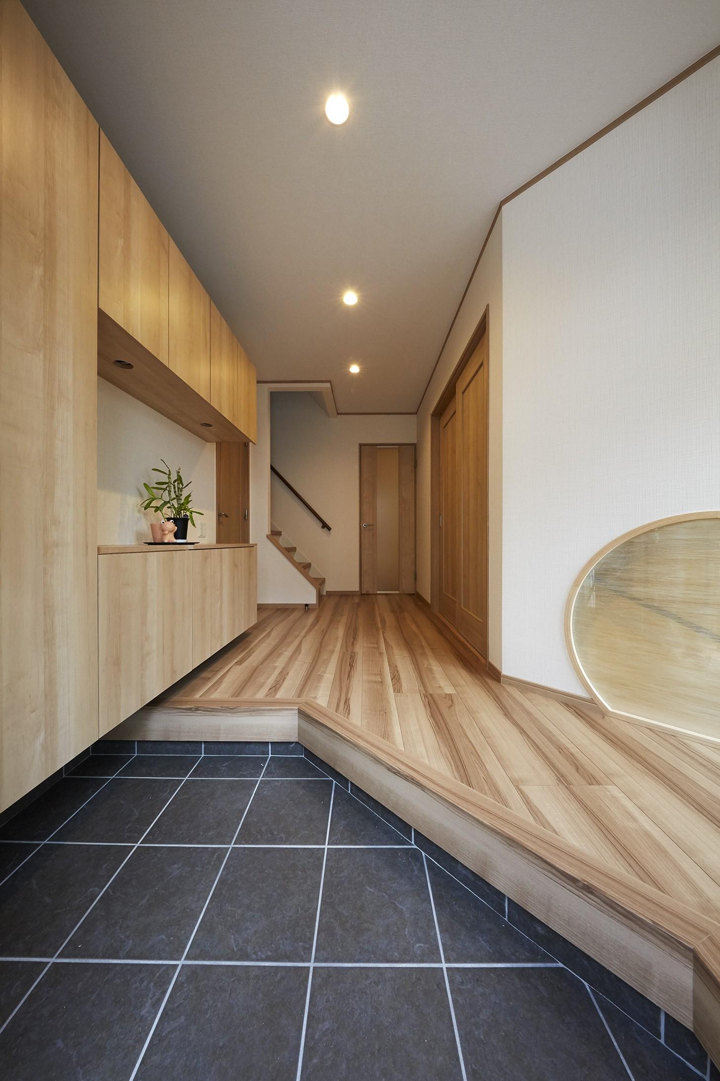 玄関事例:人が集まる居心地のいい玄関(大勢で集まっても楽しめる大空間リビングが自慢のお家)