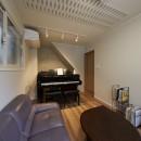 大勢で集まっても楽しめる大空間リビングが自慢のお家の写真 防音室を兼ねた応接間