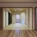 大勢で集まっても楽しめる大空間リビングが自慢のお家の写真 丸窓が印象的な和室