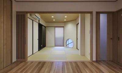 大勢で集まっても楽しめる大空間リビングが自慢のお家 (丸窓が印象的な和室)
