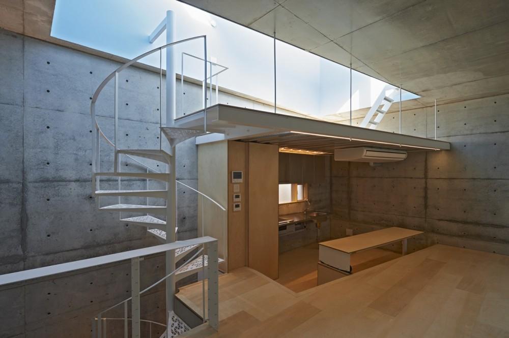 地上に浮いた地下の家  -高密度商業地域に立つRC3階建ガレージハウス- (キッチンからの眺め)