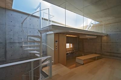 キッチンからの眺め (地上に浮いた地下の家 -高密度商業地域に立つRC3階建ガレージハウス-)