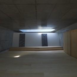 地上に浮いた地下の家 -高密度商業地域に立つRC3階建ガレージハウス- (ボックスインボックスの浴室と個室)