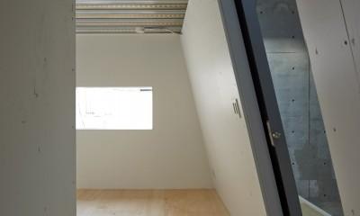 地上に浮いた地下の家 -高密度商業地域に立つRC3階建ガレージハウス- (寝室の眺め)