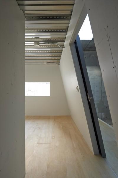 寝室の眺め (地上に浮いた地下の家  -高密度商業地域に立つRC3階建ガレージハウス-)