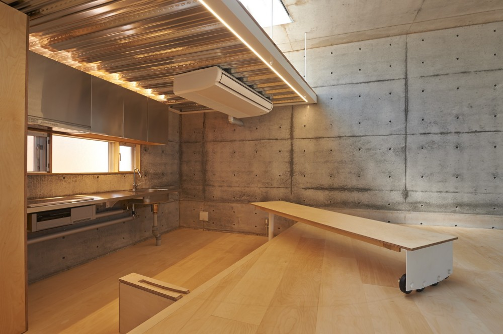 地上に浮いた地下の家  -高密度商業地域に立つRC3階建ガレージハウス- (回転テーブル)