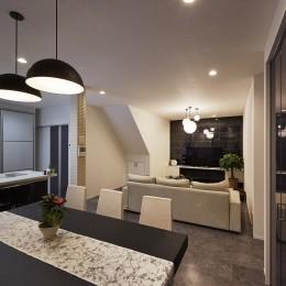 純和風建築から未来へと引き継がれるイタリアンモダンな住まいへ (石目調のアクセントタイルを使用した上質空間)