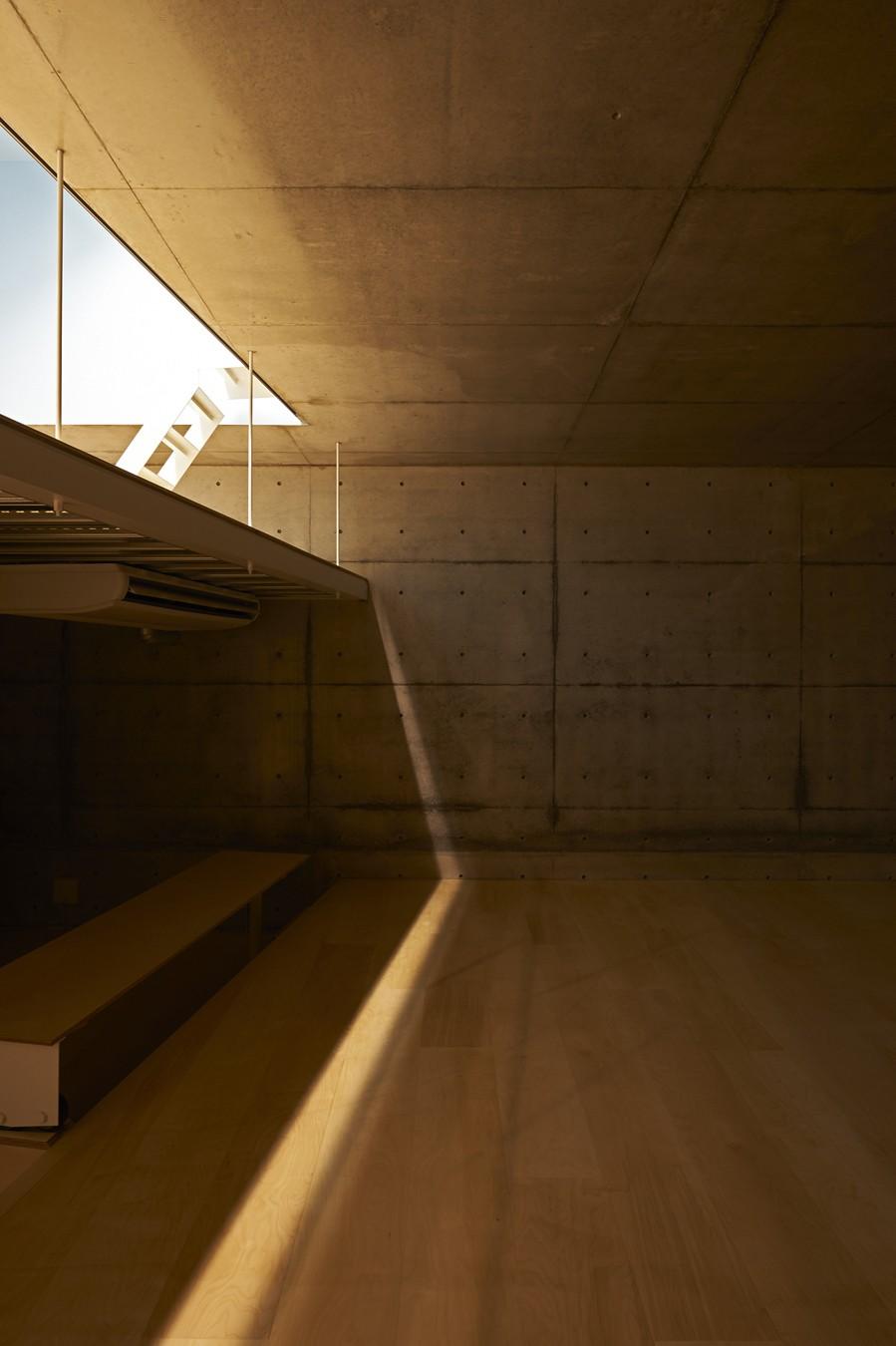 地上に浮いた地下の家  -高密度商業地域に立つRC3階建ガレージハウス- (リビング夜景)