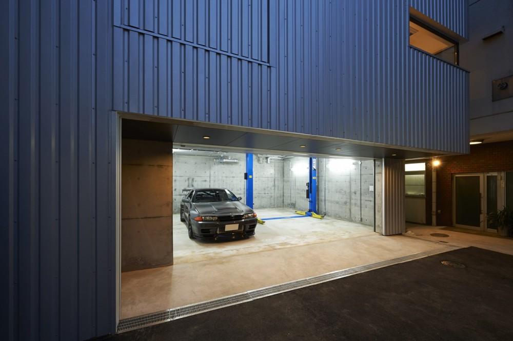 地上に浮いた地下の家  -高密度商業地域に立つRC3階建ガレージハウス- (ガレージ夜景。)