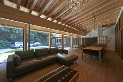 稲村ヶ崎の住宅 - 建物と自然からうまれる平屋中庭住宅 - (リビングの眺め)