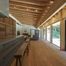 稲村ヶ崎の住宅 - 建物と自然からうまれる平屋中庭住宅 -の写真 キッチン側からの眺め