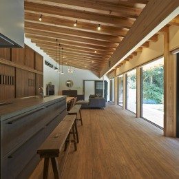 キッチン側からの眺め (稲村ヶ崎の住宅 - 建物と自然からうまれる平屋中庭住宅 -)
