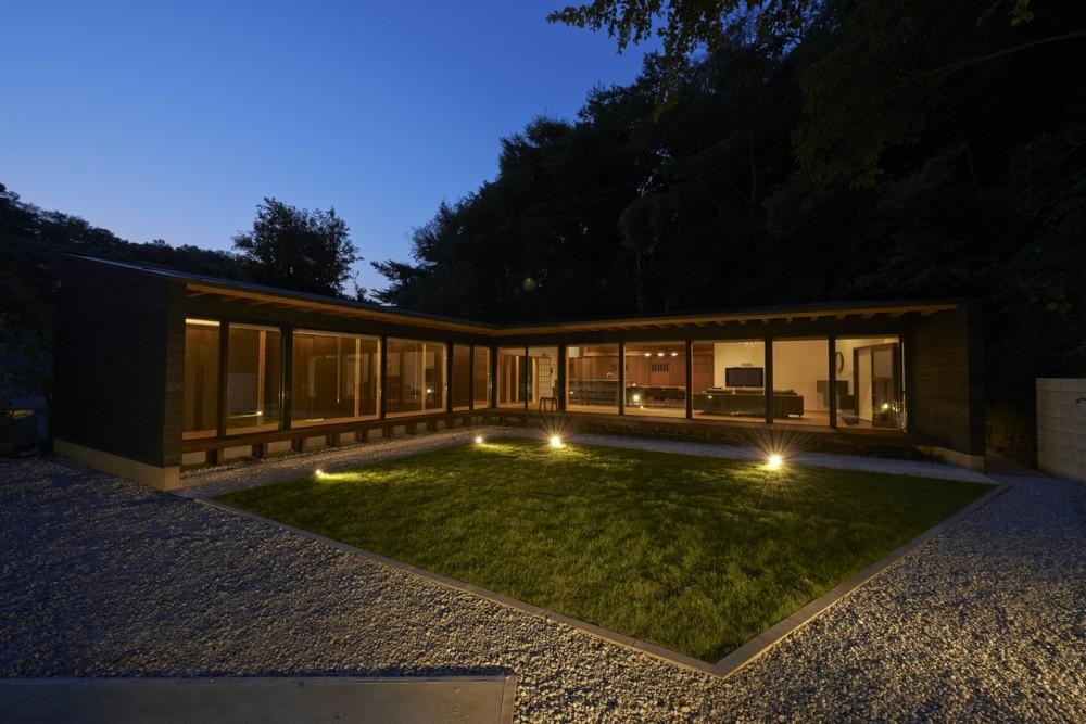 稲村ヶ崎の住宅 - 建物と自然からうまれる平屋中庭住宅 - (中庭夜景)