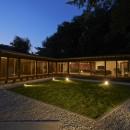稲村ヶ崎の住宅 - 建物と自然からうまれる平屋中庭住宅 -の写真 中庭夜景