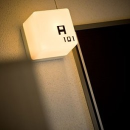 COPAIN HOUSE/四角のシンプルアパートメント (部屋名サイン)