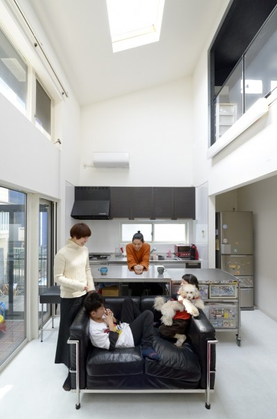 二つの庭と三つのリビング -34畳の広々地下室の家- (テラスリビング吹抜け)