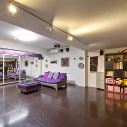 二つの庭と三つのリビング -34畳の広々地下室の家-