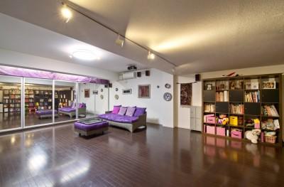 二つの庭と三つのリビング -34畳の広々地下室の家- (チカリビング)