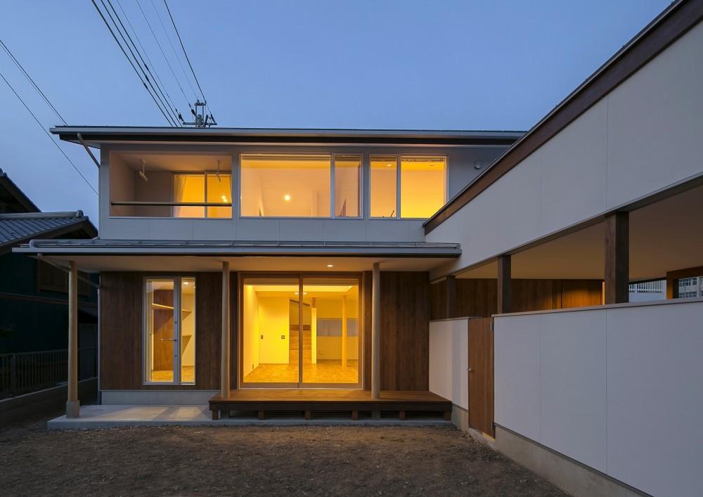 『須坂屋部町の家』思いっきり遊べる庭がある家 (夕空の外観)